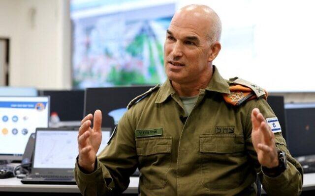Le général de division Uri Gordin, chef du commandement du Front intérieur, lors d'une interview avec l'AFP au centre opérationnel du commandement à Ramle, le 12 octobre 2021. (Crédit : JACK GUEZ / AFP)