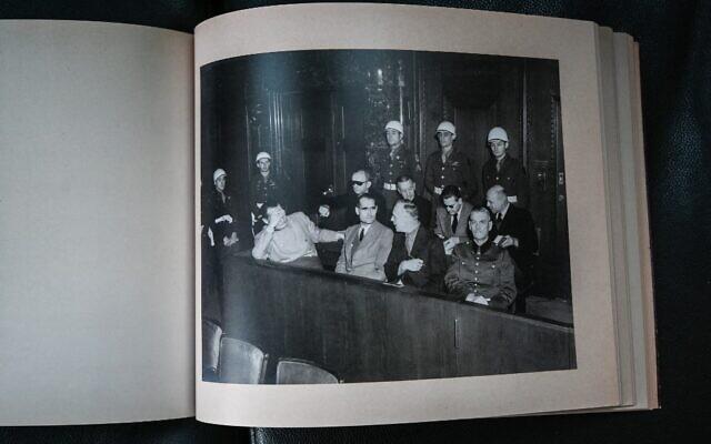 Un fac-similé d'un album photographique du procès de Nuremberg photographié le 13 octobre 2021 à l'Université de droit de Lyon 3 qui en possède une copie. Le musée mémorial d'Izieu (Ain) présente le 15 octobre 2021 une version réémergée et entièrement restaurée d'un album photographique du procès de Nuremberg, à l'occasion d'un colloque consacré aux audiences du tribunal militaire international historique. (Crédit : PHILIPPE DESMAZES / AFP)