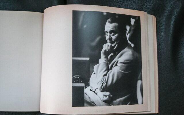 Un fac-similé d'un album photographique du procès de Nuremberg, représentant ici Herman Goering, photographié le 13 octobre 2021 à l'Université de droit de Lyon 3 qui en possède une copie. Le musée mémorial d'Izieu (Ain) présente le 15 octobre 2021 une version réémergée et entièrement restaurée d'un album photographique du procès de Nuremberg, à l'occasion d'un colloque consacré aux audiences du tribunal militaire international historique. (Crédit : PHILIPPE DESMAZES / AFP)
