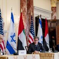 Le ministre israélien des Affaires étrangères Yair Lapid, le secrétaire d'État américain Antony Blinken et le ministre des Affaires étrangères des Émirats arabes unis Sheikh Abdullah bin Zayed al-Nahyan participent à une conférence de presse conjointe au Département d'État à Washington, le 13 octobre 2021. (Crédit : Andrew Harnik / POOL / AFP)
