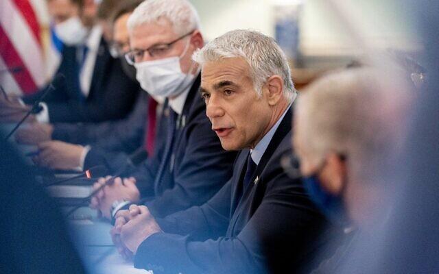 Le Premier ministre israélien Yair Lapid s'exprime pendant une rencontre bilatérale avec le secrétaire d'État américain  Antony Blinken au département d'État de Washington, le 13 octobre 2021. (Crédit :  Andrew Harnik / POOL / AFP)