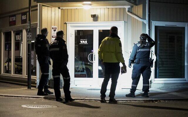 La police sur les lieux où un homme armé d'un arc a tué plusieurs personnes avant d'être arrêté par la police à Kongsberg, en Norvège, le 13 octobre 2021. (Crédit  Terje Pedersen / NTB / AFP)
