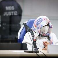L'accusée Irmgard F., 96 ans, ancienne secrétaire du commandant SS du camp de concentration de Stutthof, est assise dans la salle d'audience au début de son procès dans la salle d'audience d'Itzehoe, dans le nord de l'Allemagne, le 19 octobre 2021. (Crédit : Christian Charisius / POOL / AFP)