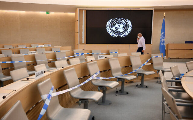 La salle du Conseil des droits de l'Homme à l'ONU préparée pour une session, à Genève, le 13 septembre 2021. (Crédit : Fabrice Coffrini/AFP/Getty Images via JTA)