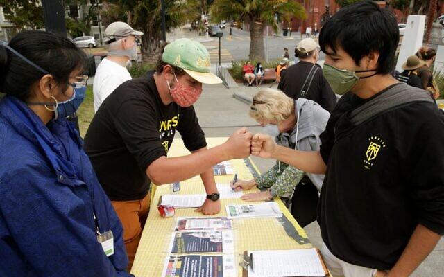 Un porte-parole du mouvement Sunrise parle à un manifestant lors d'un événement à San Francisco, le 19 août 2021. (Crédit ; Thos Robinson/Getty Images for Green New Deal Network)