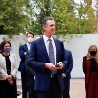 Gavin Newsom, gouverneur de Californie, a annoncé la création d'un Conseil sur l'éducation sur la Shoah et les génocides au Museum of Tolerance de Los Angeles. (Crédit : Bureau du gouverneur Newsom via JTA)