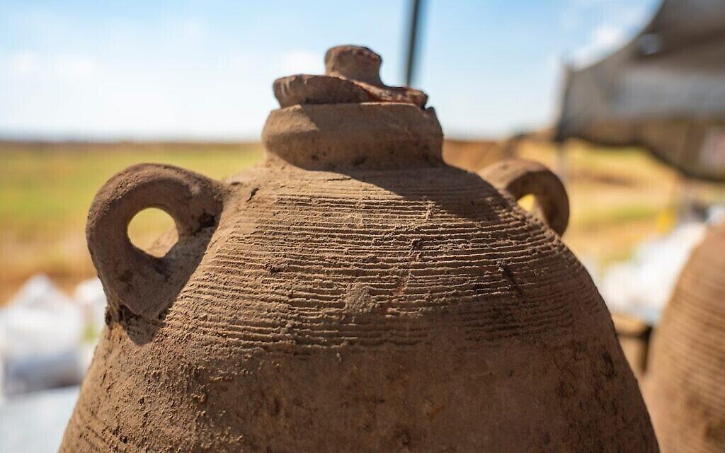 Une jarre à vin découverte près d'un site accueillant de nombreux pressoirs de l'ère byzantine à Yavné. (Crédit : Yaniv Berman/IAA)