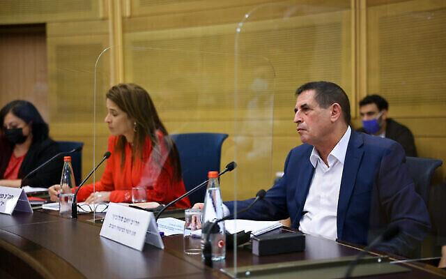 Le vice-ministre de la Sécurité publique Yoav Segalovitz rencontre des parlementaires le 20 octobre 2021 pour discuter des plans visant à mettre fin à la vague de criminalité dans les communautés arabes (Crédit : Porte-parole de la Knesset/ Noam Moscovitz)