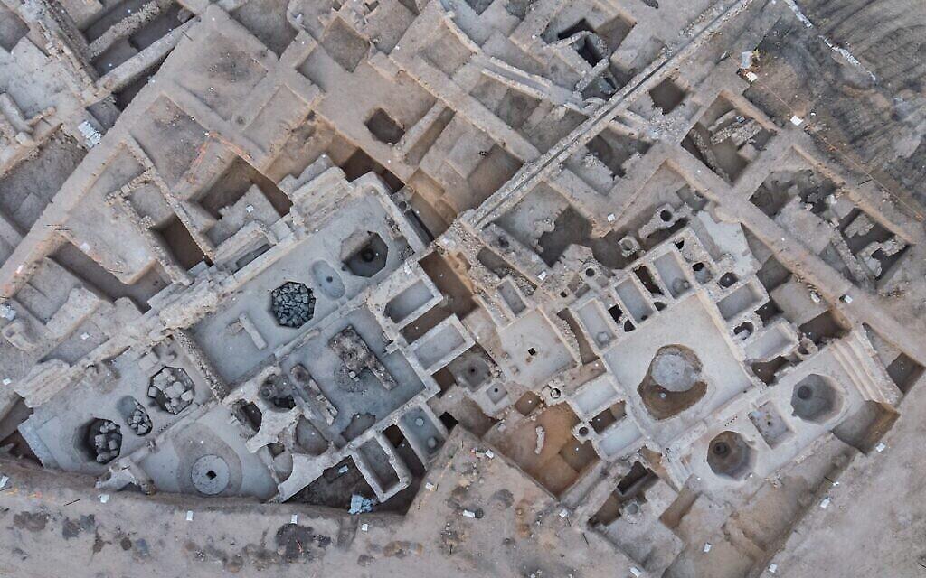 Vue aérienne des pressoirs à vin de l'ère byzantine découverts à Yavné. (Crédit : Asaf Peretz/IAA)