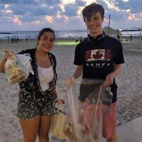 Sharona Shnayder ramasse des ordures avec un bénévole sur une plage de Tel Aviv, une photo non-datée. (Autorisation)