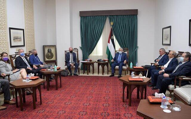 Le rpésident de l'Autorité palestinienne Mahmoud Abbas accueille une délégation américaine dirigée par le secrétaire d'État-adjoint aux Affaires palestiniennes et israéliennes Hady Amr, avec à sa gauche le chargé d'affaires de l'ambassade américaine Michael Ratney et le chef de l'Unité des Affaires palestiniennes George Noll, le 5 octobre 2021. (Crédit : WAFA)