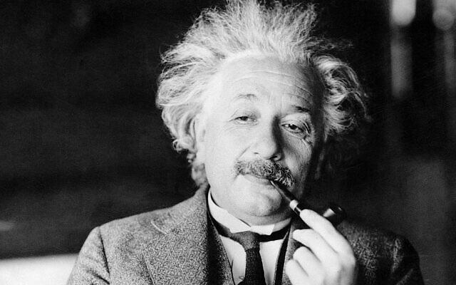 Une photo d'un fichier non daté  montre le renommé  physicien Albert Einstein. (Crédit : AP Photo, File)