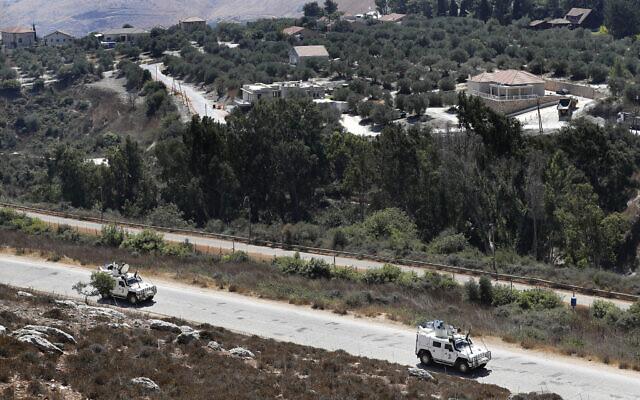 Illustration : Des Casques bleus espagnols de l'ONU patrouillent le long de la frontière libano-israélienne, avec le village israélien de Metulla en arrière-plan, le 2 septembre 2019. (Crédit : AP Photo/Hussein Malla, File)