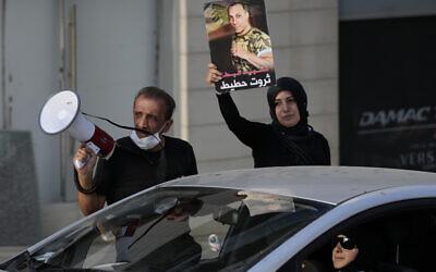 Ibrahim Hoteit, 51 ans, à gauche, et son épouse, Hanan, mènent une manifestation pour les proches des victimes de l'explosion du port de Beyrouth le 4 août 2020 à Beyrouth, au Liban, le samedi 10 juillet 2021. Hoteit, dont le frère a été tué dans l'explosion, est devenu le visage des appels à la justice des familles des victimes. (Crédit : AP/Hassan Ammar)