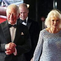 """Le prince britannique Charles, à gauche, et Camilla, la duchesse de Cornouailles, arrivent pour la première mondiale du nouveau film de la franchise James Bond """"No Time To Die"""", à Londres, le 28 septembre 2021. (Crédit : Chris Jackson/Pool Photo via PA)"""