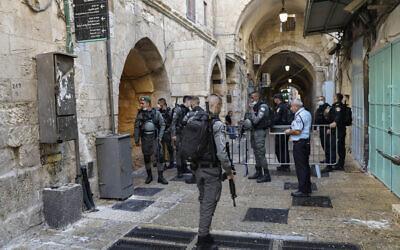 La police israélienne monte la garde sur la scène d'une attaque au couteau dans la Vieille Ville de Jérusalem, le 30 septembre 2021. (Crédit :AP Photo/Mahmoud Illean)