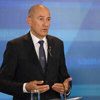 Le président du gouvernement slovène Janez Janša lors d'une conférence de presse à l'issue d'un sommet de l'UE au Palais des congrès de Brdo à Kranj, en Slovénie, le 6 octobre 2021. (Crédit : AP Photo / Darko Bandic)