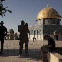Photo d'illustration : Un policier israélien monte la garde alors qu'un Juif religieux en uniforme militaire visite le mont du Temple, dans la Vieille Ville de Jérusalem, le 3 août 2021. (Crédit : AP Photo/ Maya Alleruzzo, File)