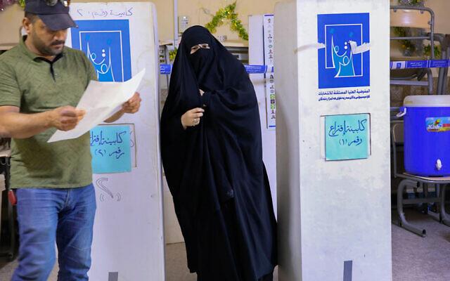 Des électeurs irakiens à Basra, le 10 octobre 2021. (Crédit : AP Photo/Nabil al-Jurani)