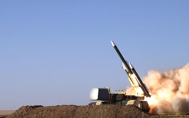 Cette photo publiée mardi 12 octobre 2021 par l'armée iranienne montre le tir d'un missile lors d'un exercice militaire dans un lieu non divulgué en Iran. (Armée iranienne via AP)