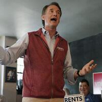 Glenn Youngkin, candidat républicain au poste de gouverneur de Virginie, lors d'une discussion avec ses partisans pendant un rassemblement à Culpeper, en Virginie, le 13 octobre 2021. (Crédit :  AP Photo/Steve Helber)