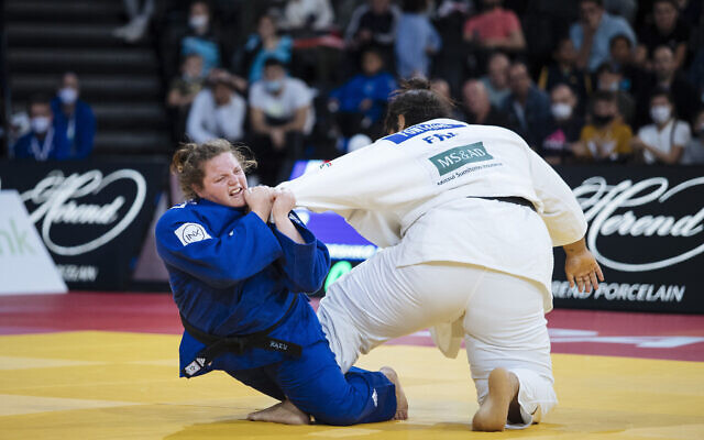 L'Israélienne Raz Hershko, en bleu, affronte la Française Léa Fontaine lors de la finale des +78 kg féminins du tournoi de judo Grand Slam Paris 2021, à Paris, en France, dimanche 17 octobre 2021. (Crédit : AP Photo/Lewis Joly)