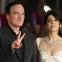 Le réalisateur Quentin Tarantino, à gauche, et son épouse Daniella Pick posent sur le tapis rouge à la 16è édition du festival du film de Rome, en Italie, le 19 octobre 2021. (Crédit : AP Photo/Gregorio Borgia)
