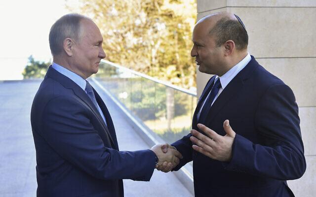 Le président russe Vladimir Poutine, à gauche, et le Premier ministre Naftali Bennett lors de leur réunion à Sotchi, en Russie, le 22 octobre 2021. (Crédit : Evgeny Biyatov, Spoutnik, Kremlin Pool Photo via AP)