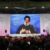 Le leader du Hezbollah Hassan Nasrallah lors d'un discours retransmis par vidéo depuis un lieu secret pendant une cérémonie marquant l'anniversaire du prophète Mahomet dans une salle de Beyrouth, au Liban, le 22 octobre 2021. (Crédit : AP Photo/Hussein Malla)
