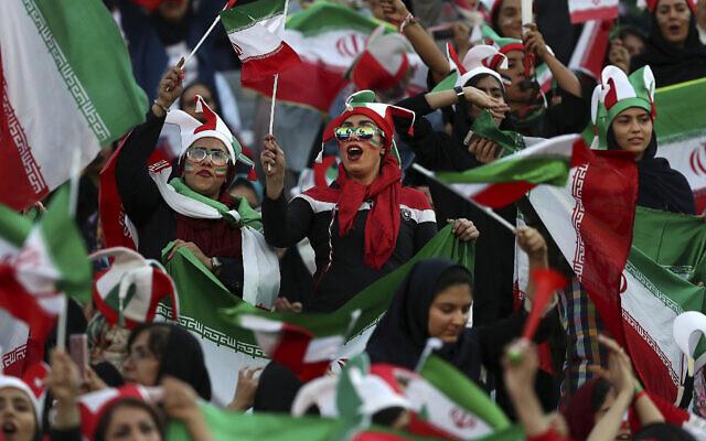 Des Iraniennes applaudissent lors d'un match de football entre leur équipe nationale et le Cambodge dans le cadre des qualifications pour la Coupe du monde 2022 au stade Azadi (Liberté) de Téhéran, en Iran, le 10 octobre 2019. (Crédit : AP Photo/ Vahid Salemi)
