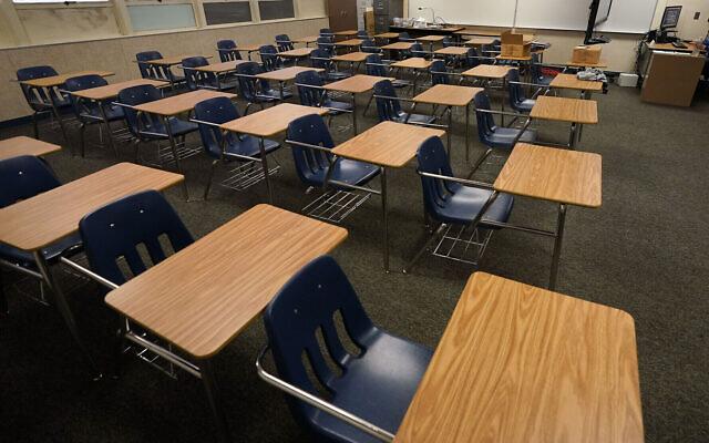 Photo d'illustration : Des bureaux vides dans un lycée de Californie, le 6 octobre 2020. (Crédit : AP Photo/Gregory Bull, File)