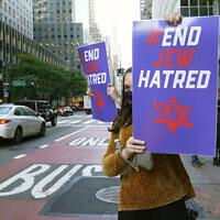 Illustration : Une jeune femme tient un panneau contre l'antisémitisme, le 15 octobre 2020, à New York. (AP Photo/Kathy Willens)