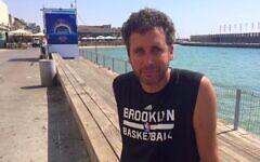 Ari Nagel visite le port de Tel Aviv, le 27 juin 2017. (Crédit : Renee Ghert-Zand/TOI)