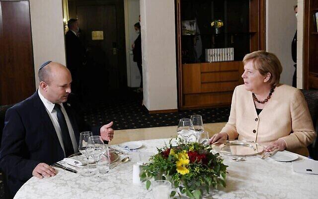 Le Premier ministre Naftali Bennett (à gauche) accueille la chancelière allemande Angela Merkel pour un dîner privé à Jérusalem, le 10 octobre 2021. (Crédit : Koby Gideon/GPO)