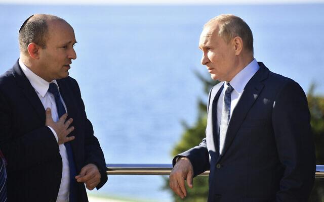 Le président russe Vladimir Poutine (à droite) et le Premier ministre Naftali Bennett parlent lors de leur rencontre à Sotchi, en Russie, le 22 octobre 2021. (Crédit : Evgeny Biyatov, Sputnik, Kremlin Pool Photo via AP)
