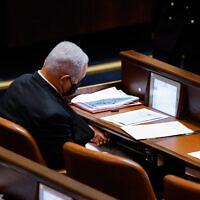 Le leader de l'opposition Benjamin Netanyahu est assis dans le plénum de la Knesset le 18 octobre 2021. (Crédit : Olivier Fitoussi/Flash90)