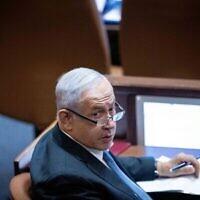 Le chef de l'opposition et député Benjamin Netanyahu à la Knesset le 11 octobre 2021. (Crédit : Yonatan Sindel/Flash90)