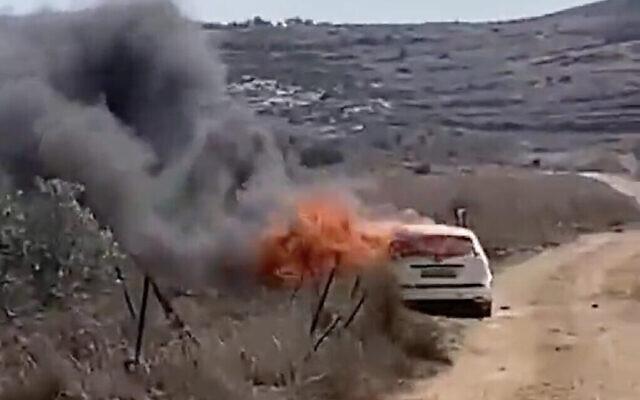Une voiture en feu près du village de Turmus Ayya en Cisjordanie, après qu'elle a été incendiée par des résidents d'implantation d'un avant-poste voisin, le 23 octobre 2021. (Crédit : capture d'écran : Twitter)