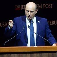 Le Premier ministre Naftali Bennett s'exprime lors d'une conférence du Jerusalem Post à Jérusalem, le 12 octobre 2021. (Crédit : Kobi Gideon, GPO)