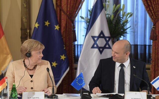 Le Premier ministre Naftali Bennett accueille la chancelière allemande Angela Merkel pendant une réunion spéciale du cabinet à Jérusalem, le 10 octobre 2021. (Crédit : Amos Ben Gershom GPO)