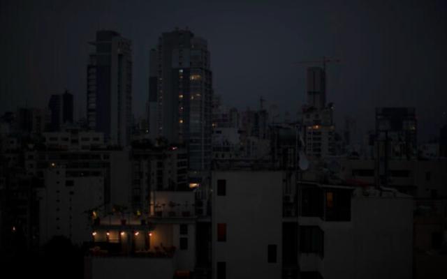 Illustration : la capitale Beyrouth dans l'obscurité lors d'une panne de courant, le 6 juillet 2020. (AP Photo/Hassan Ammar)