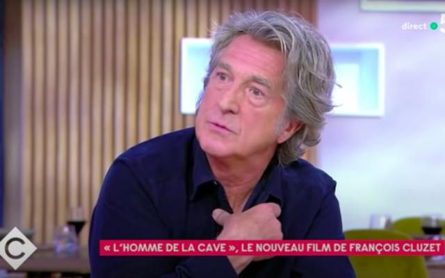L'acteur François Cluzet sur le plateau de l'émission «C à vous» sur France 5, le 6 octobre 2021. (Crédit : capture d'écran YouTube / France 5)