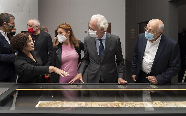 """Au vernissage de l'expo 'Peindre un pèlerinage"""", au musée d'Israël,le directeur du musée Ido Bruno, à l'extrême gauche, la conservatrice Rachel Sarfati, deuxième à gauche, l'ambassadeur italien Barbanti et Kathleen Nicol Barbanti, le 6 octobre 2021. (Autorisation : Laura Lachman)"""