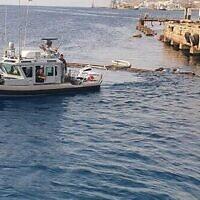 Un navire de la marine israélienne opère au large de la côte d'Eilat après une marée noire, le 14 octobre 2021. (Crédit : Eli Warburg et Oz Goren/Ministère de la protection de l'environnement)