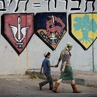 Des partisans du mouvement pro-implantation marchent devant une base militaire israélienne de Hébron qui sera partiellement détruite pour laisser la place à un complexe d'appartements pour les résidents d'implantation. (Crédit : Miriam Alster/Flash90)