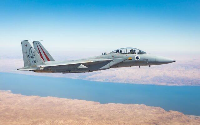 Un avion de chasse F-15 israélien est vu dans le ciel d'Israël, avant l'exercice Blue Flag en octobre 2021. (Crédit : Tsahal)