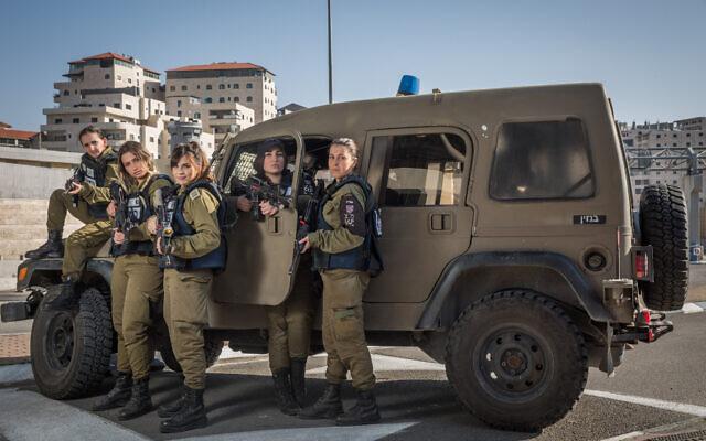 Photo d'illustration : Des soldates du bataillon Erez de la police militaire à un checkpoint proche de Jérusalem, le 22 décembre 2015. (Crédit : Hadas Parush/Flash90)