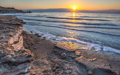 Une vue de la terre recouverte de sel sur la mer Morte, le 2 septembre 2016. (Crédit :  Edi Israel/Flash90)
