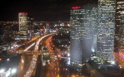 L'autoroute d'Ayalon qui traverse le centre de Tel Aviv, pendant la nuit, le 27 novembre 2017. (Crédit : Yossi Zamir/Flash90)