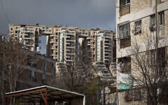 Vue d'une tour à côté d'un vieil immeuble d'appartement dans le quartier Gonen de Jérusalem, le 19 janvier 2020. (Crédit : Hadas Parush/Flash90)